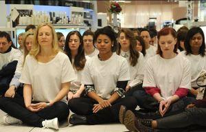 Detalle de clientes en meditación