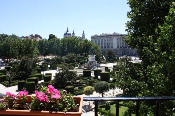 Lo más destacable son sus vistas  al Palacio Real, la Catedral de la Almudena, los Jardines de Sabatini, el Campo del Moro y el Teatro Real.