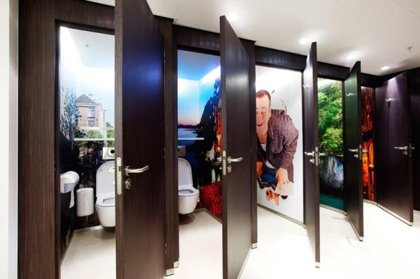 Detalle del los cuartos de baños públicos