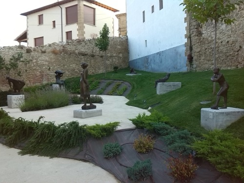 Detalle del jardín con esculturas Fundación