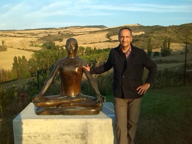 Detalle de la escultura Meditación con José Cantero en la visita a la Fundación