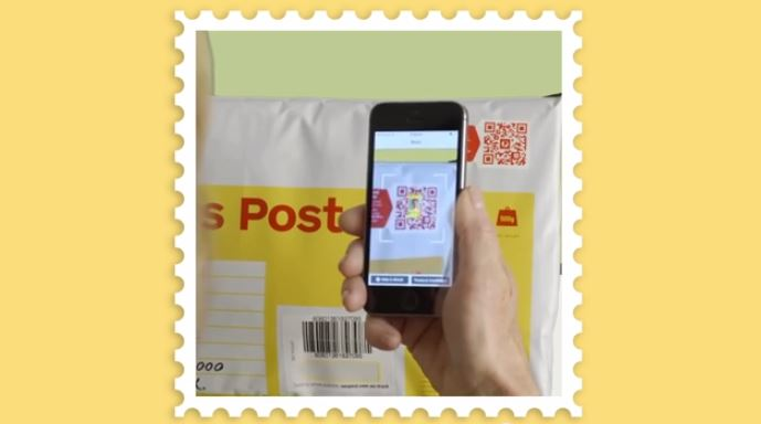 QR creativo en un sobre de correos y mensajería