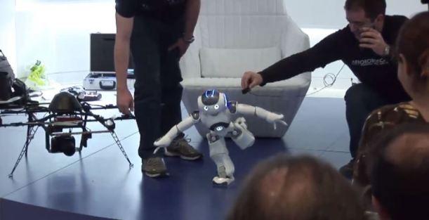 Robots de Juguetronica presentando la ponencia