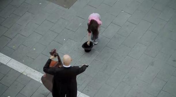 Una niña le da una moneda a un músico y mira lo que pasa...