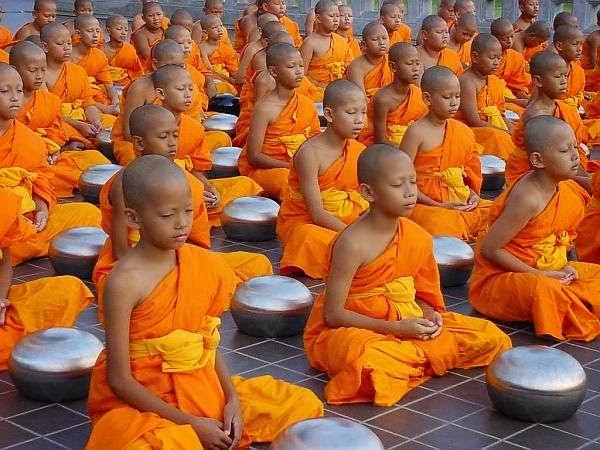Monjes budistas color naranja