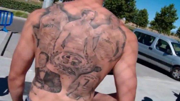 Cristiano Ronaldo tatuado en la espalda