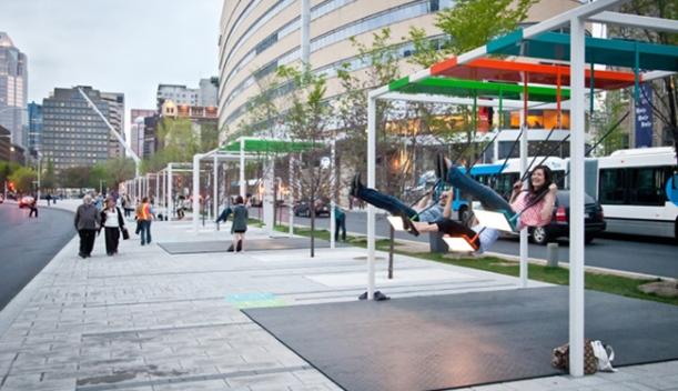 Columpios en paradas de autobús: innovación creativa en marketing experiencial