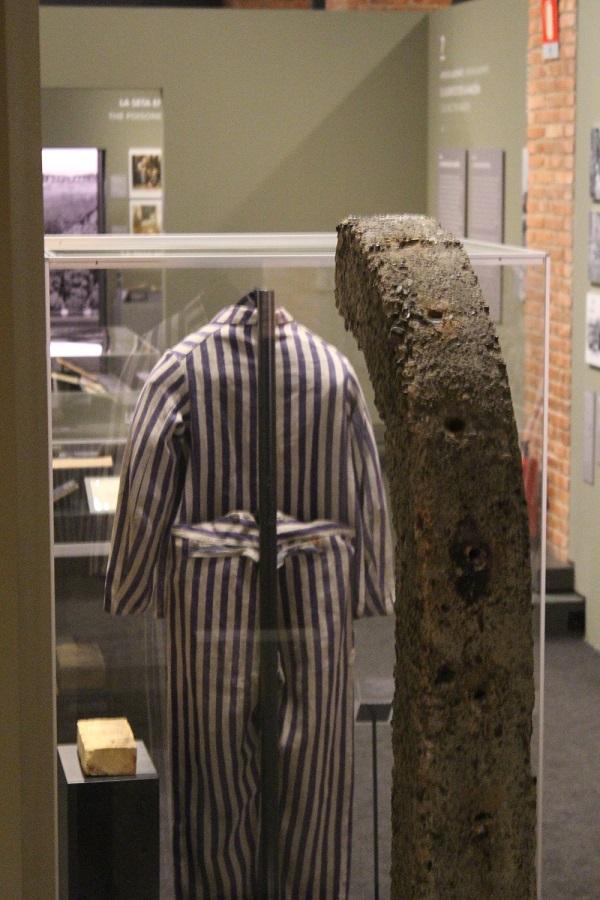 Auschwitz Exposición traje y alambrada